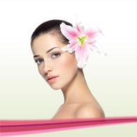 Jolie jeune femme avec un lys rose dans les cheveux