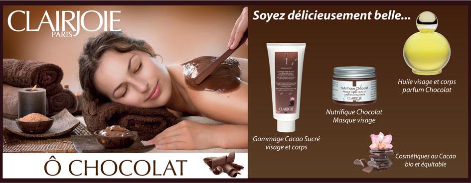 Jolie jeune femme recevant un soin en institut avec des cosmétiques au chocolat